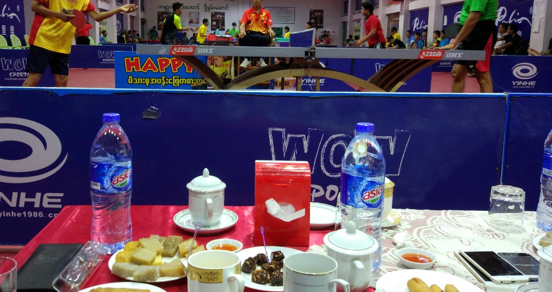 Mein Blick vom VIP-Sofa – Kaffee, Tee und Snacks inklusive – auf das Geschehen an den Tischen.