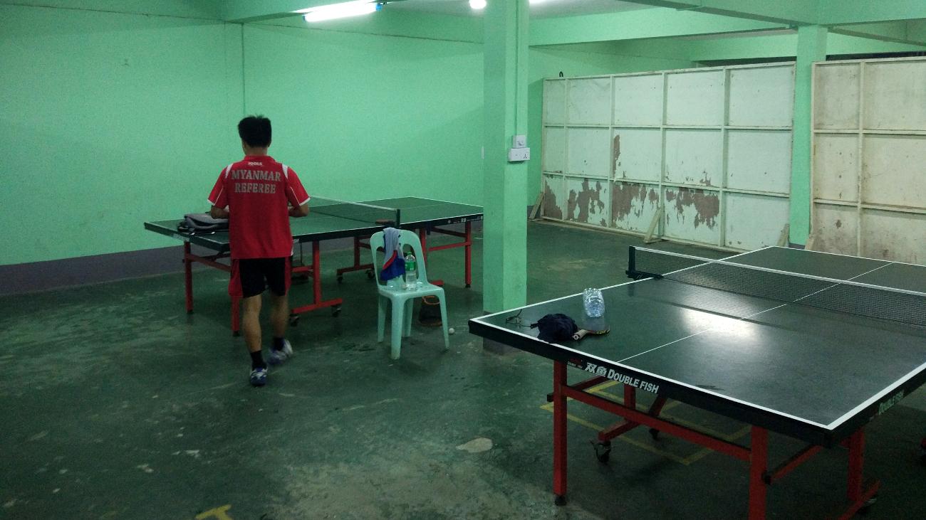 Die Halle der Yangon University. Das größte Handicap ist auf dem Foto aber noch nicht einmal zu sehen.