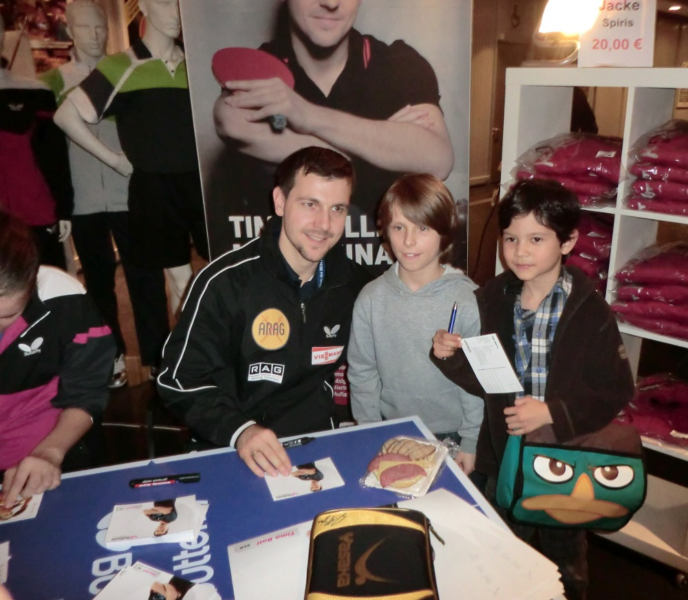 Finn und Raden mit ihrem Idol Timo Boll