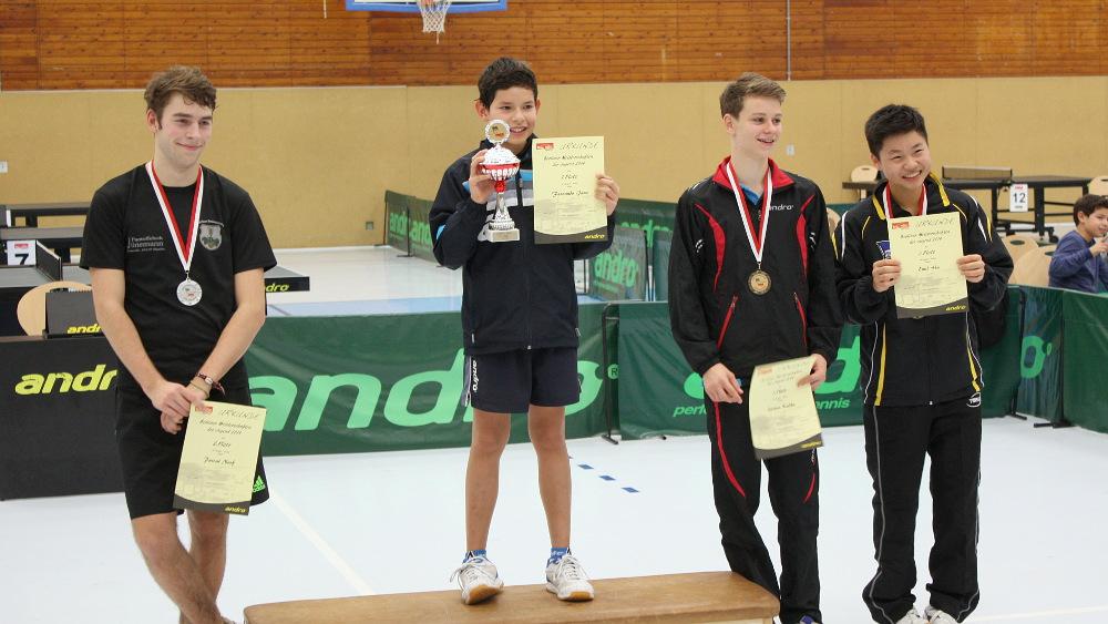 Die Siegerehrung des Jungen-Einzels: 1. Platz: Janz, 2. Platz: Neef, 3. Plätze: Kalka, Hu