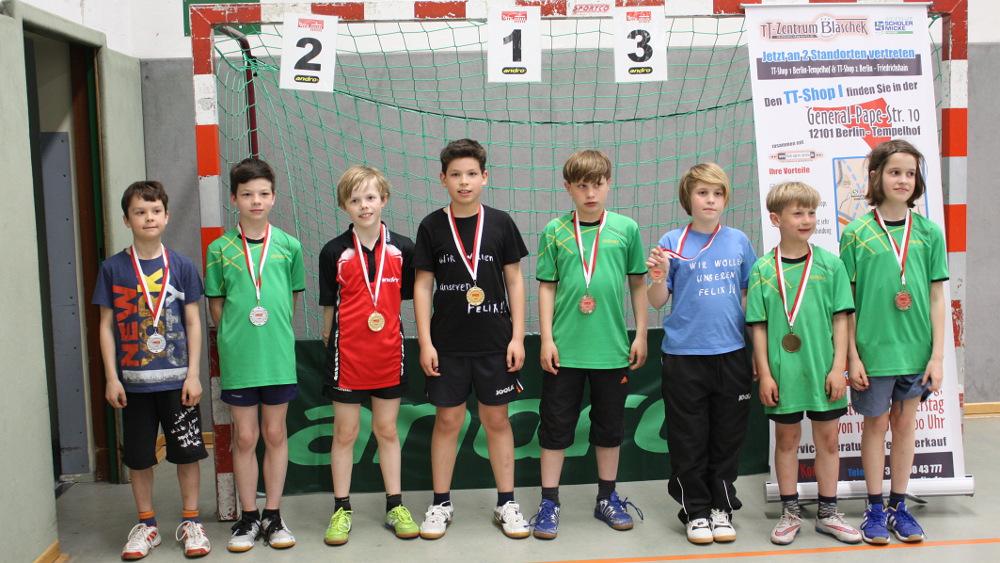 Siegerehrung C-Schüler/innen Doppel (gemischte Konkurrenz): 1. Platz Jan Mathe (STTK Berlin)/A. Janz (SCC), 2. Platz N. Skrynnikov (KSVA)/F. Reckwald (Rudow), 3. Platz Rom. Falk/J. Plonie (beide Rudow) und Rob. Falk