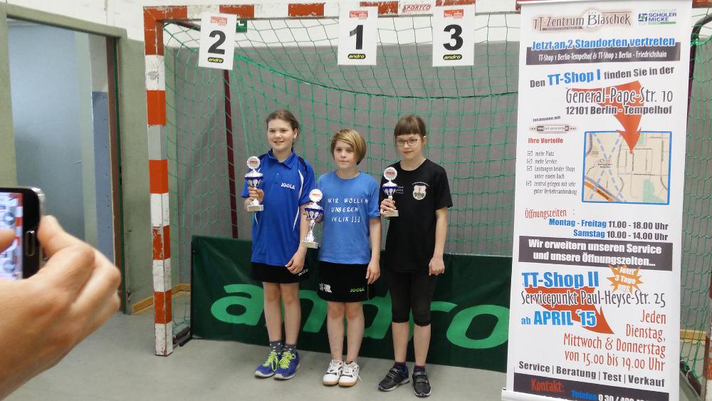 Siegerehrung C-Schülerinnen: 1. Platz J. Plonies (Rudow), 2. Platz V. Frommer (KSVA), 3. Platz W. Sonnenberg (Brauereien)