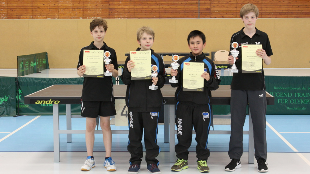Siegerehrung Schüler Einzel (von links): 3. A. Sahakiants (SCC) und Y. Sprengel (Hertha), 2. Platz N. Hoang Thai (Hertha), 1. Platz B. Voßkühler (SCC)