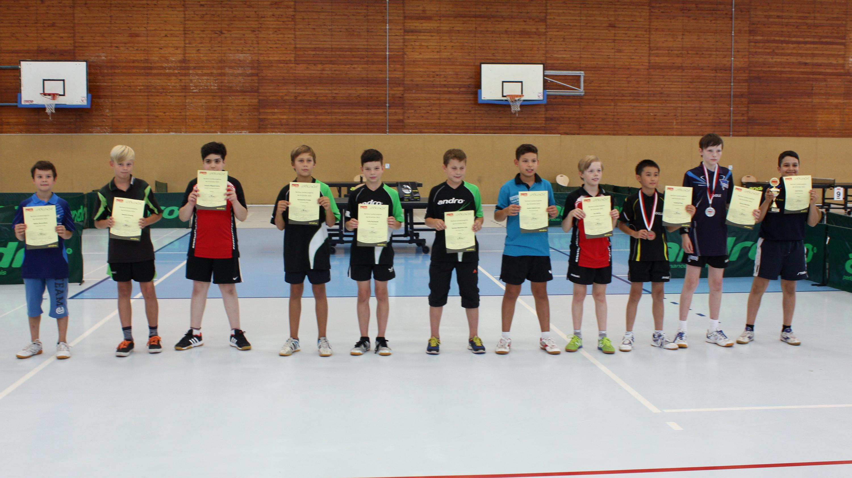 Siegerehrung B-Schüler (von rechts): 1. Jamil Kanan (Rotation), 2. Bruno Bäucker (HBSC), 3. Yuxiang Ding (Düppel), 4. Jan Mathe (STTK), 5. André Janz (SCC), 6. Romeo Falk, 7. Felix Reckwald, 8. Konstantin Friebe (alle Rudow), 9. Miguel Gafos (STTK), 1