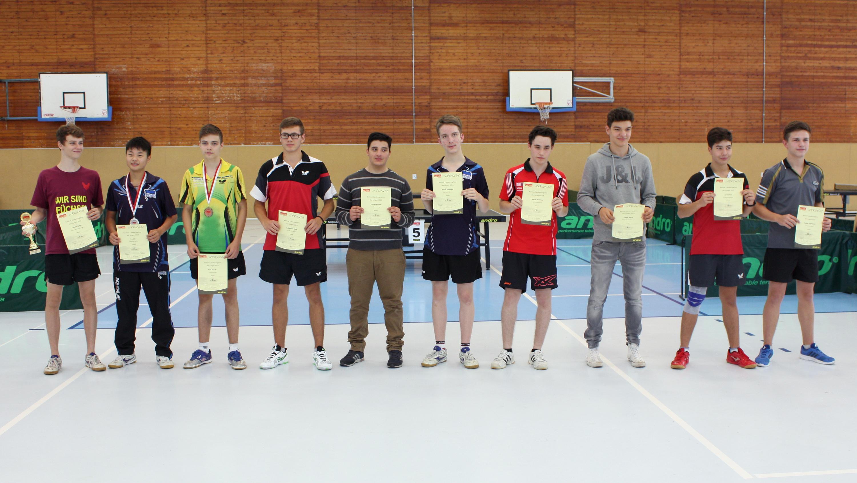 Siegerehrung Jungen (von links): 1. Lorenz Kalka (Füchse), 2. Emil Hu (HBSC), 3. Nick FLasche (TuSLi), 4. Sebastian Uhlig (Bor. Spandau), 5. Dogan Alüste (SCC), 6. Niklas Sprengel (HBSC), 7. Stefan Behrens (SCC), 8. Kenny Kubsch (Neukölln, fehlt), 9. Y