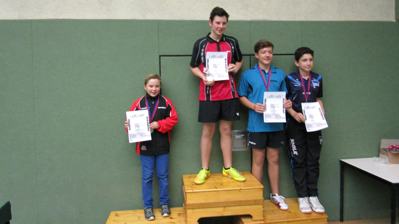 Siegerehrung 3. Klasse A-Schüler: 2. Platz Michel Wiedehage (Steglitzer TTK, links), Sieger Leon Schmoll (TuSLi), 3. Platz Berkay Tekin (Hertha) und Marius Hüttemann (LSC)