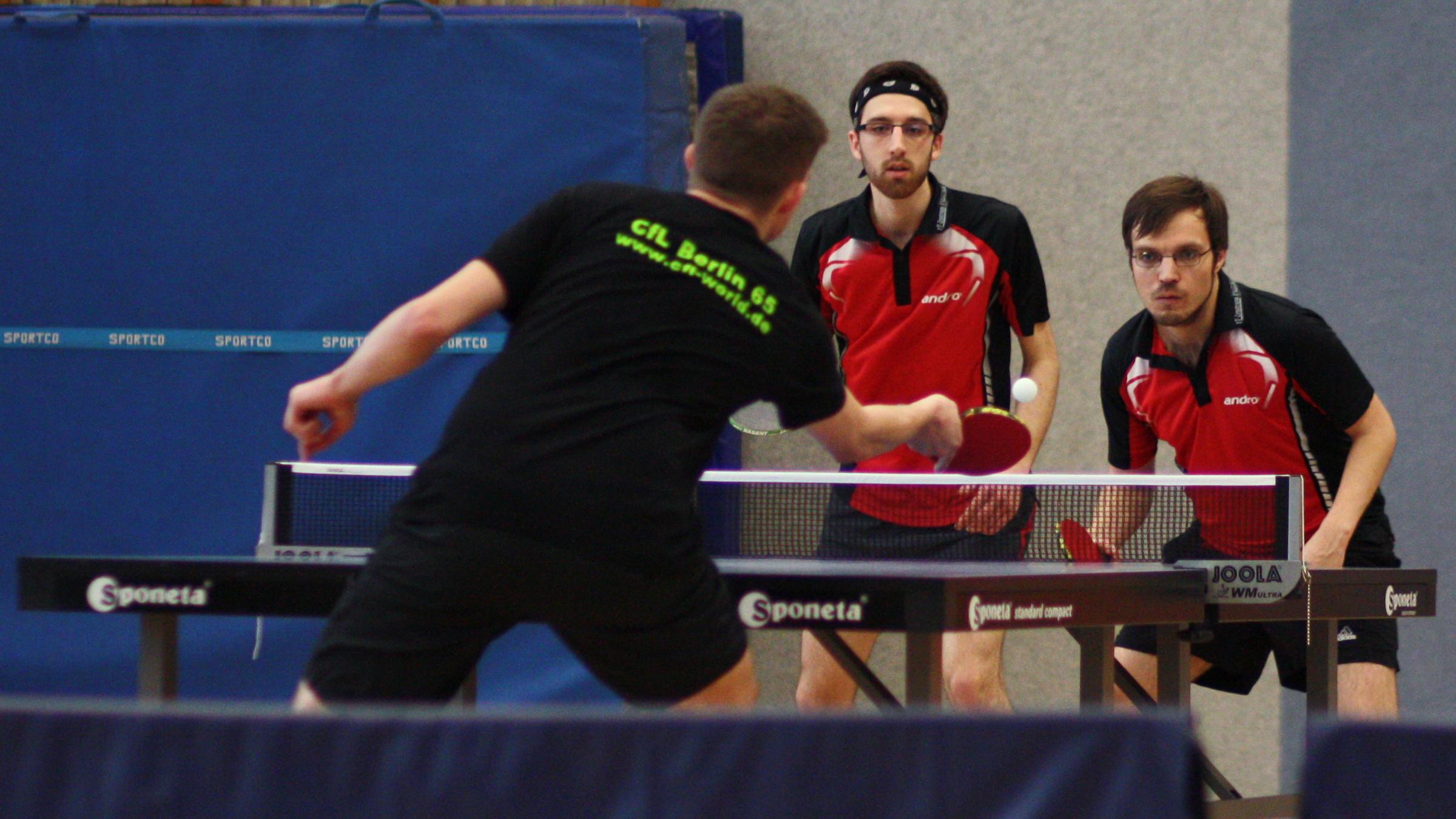 Während das Eröffnungsdoppel von Felix (links) und Sascha noch in drei Sätzen gewonnen wurde, war unser neues Doppel 1 im Schlussdoppel chancenlos.