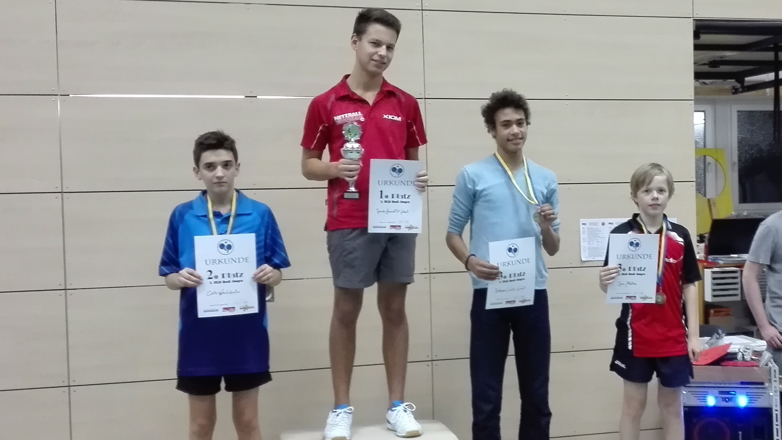 Siegerehrung 1. Klasse/2. BEM-Qualifikation Jungen: 2. Platz Cato Wachshofer (KSVA), 1. Platz Jacob-Benedikt Haut (TuSLi), 3. Platz Zethphan Smith-Gneist (Borsig) und Jan Mathe (Steglitzer TTK, rechts)