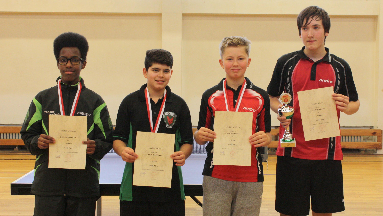 Siegerehrung 1. Klasse/2. BEM-Quali A-Schüler (von links): 2. Platz Y. Demissie (CfL Berlin), 3. Platz B. Tonk (Füchse Berlin), 3. Platz Julien Markau (Steglitzer TTK), 1. Platz S. Kiank (TuSLi)