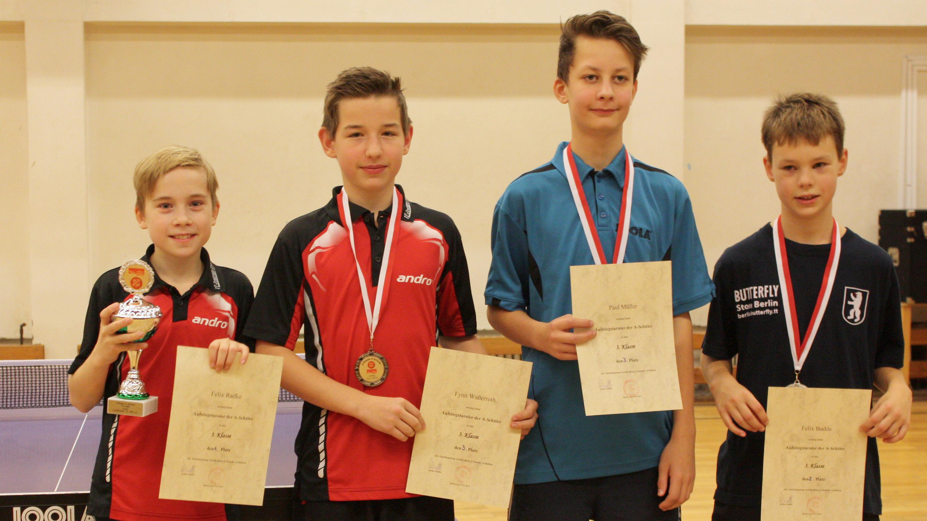 Siegerehrung 3. Klasse A-Schüler (von links): 1. Platz Felix Radke  (Steglitzer TTK), 3. Platz Fynn Waßerroth (Steglitzer TTK), 3. Platz P. Müller (Lichtenrader SC), 2. Platz Budde (TSV Marienfelde)