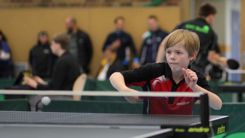 Jan konnte zwar kein Spiel gewinnen, überzeugte aber mit überlegtem Spiel gegen das breite Spektrum der Tischtennis-Materialwelt.