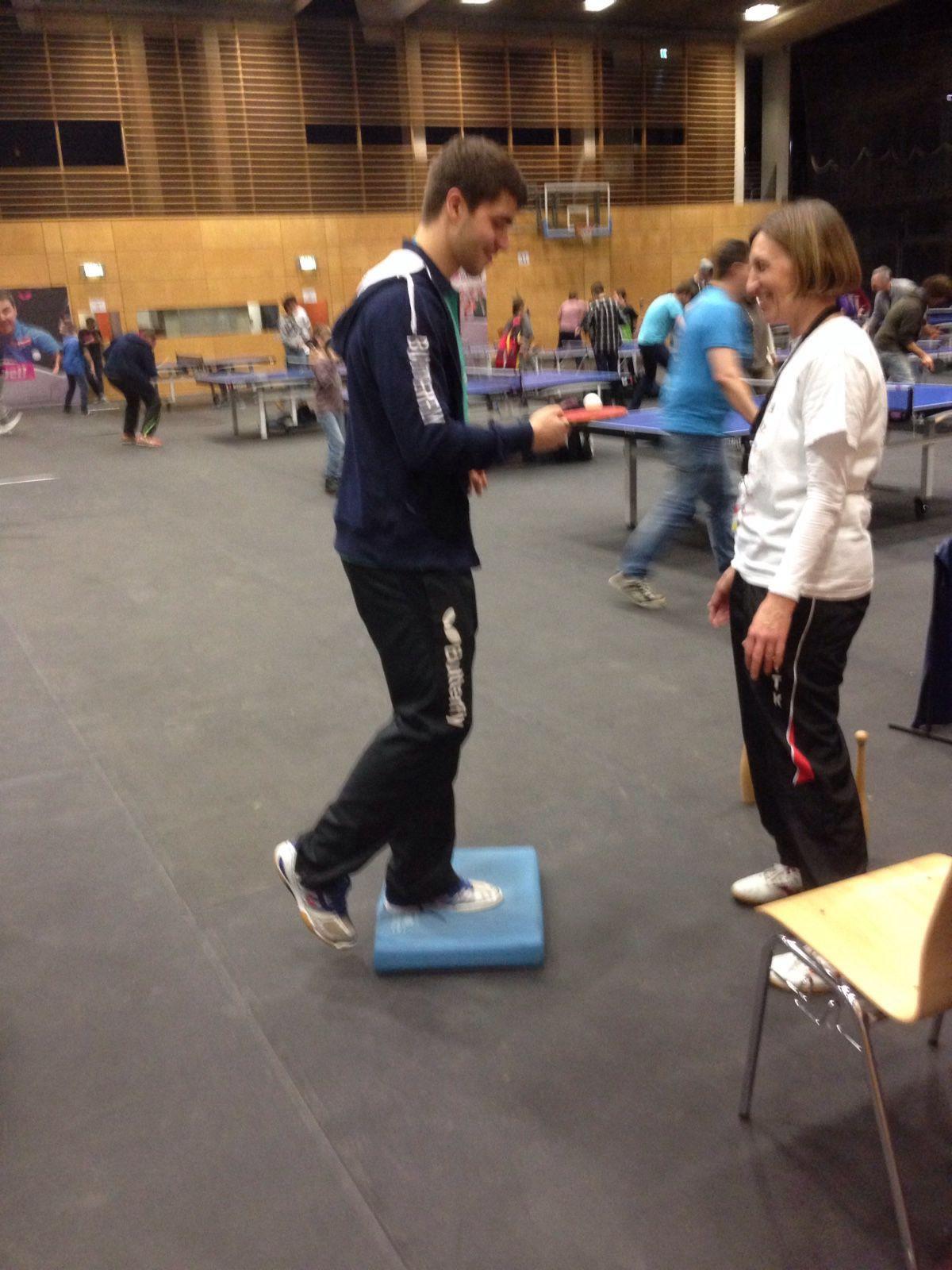 Auch Nationalspieler Patrick Franziska absolviert den Fitnesstest beim Gesundheitssportstand mit Margrit (Foto: Nittka)