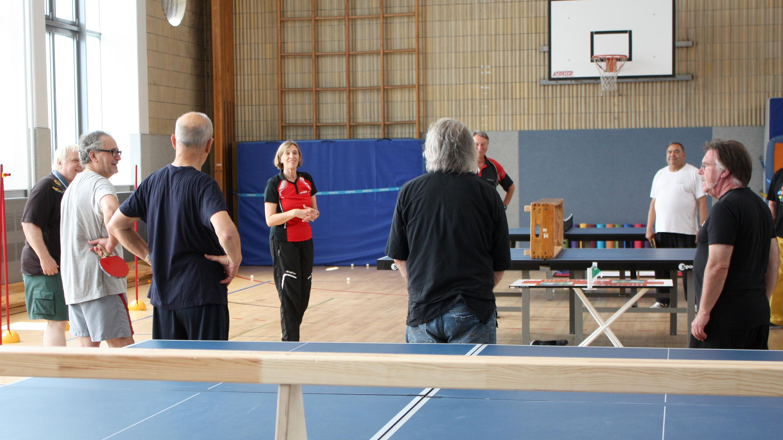 Im Projekt ZuG wie im Flüchtlingsprojekt leitet Margrit zusammen mit Ramon (nicht im Bild) das Training in der Halle.