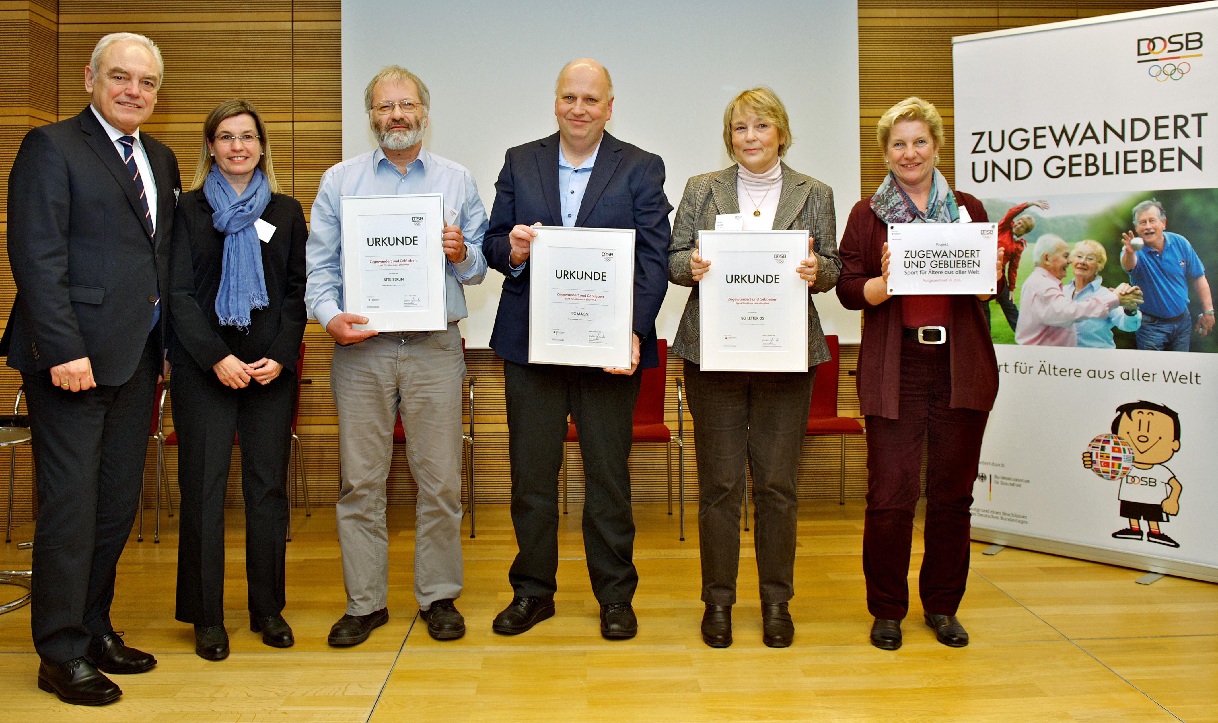 Ehrung für die Vertreter der an ZuG mitwirkenden Vereine durch Walter Schneeloch, Vizepräsident des DOSB (links). (Foto: DOSB/Camera4)