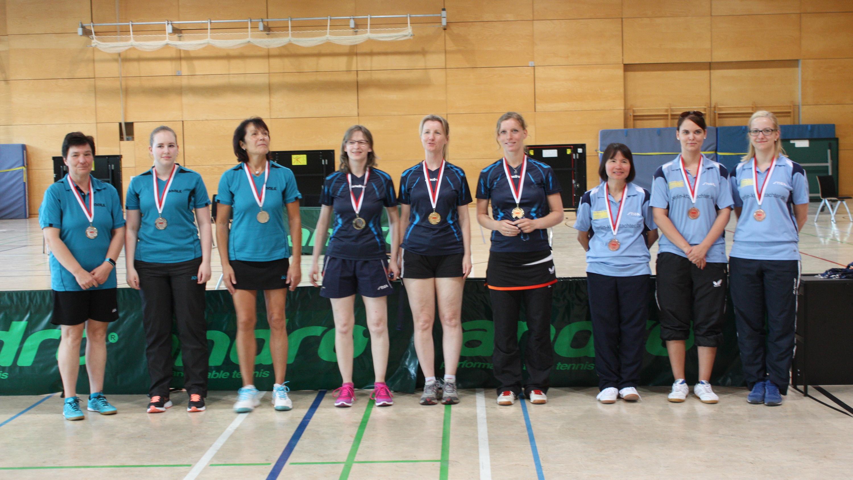 Siegerehrung Damen: 1. Platz (Mitte): SV Blau-Weiß Petershagen, 2. Platz (links): Lichtenrader SC, 3. Platz (rechts): SC Siemensstadt - den 4. Platz belegte TTV Preußen 90