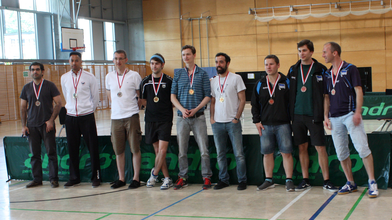 Siegerehrung Herren: 1. Platz (Mitte): SV Berliner Brauereien, 2. Platz (links): TTC Blau-Gold, 3. Platz (rechts): Hertha BSC II - den 4. Platz belegte Hertha BSC III