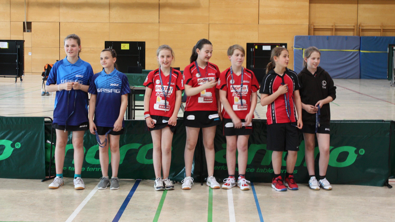 Siegerehrung B-Schülerinnen: 1. Platz (Mitte): ttc berlin eastside, 2. Platz (links): Köpenicker SV-Ajax, 3. Platz (rechts): TuS Lichterfelde - den 4. Platz belegte der OSC Berlin