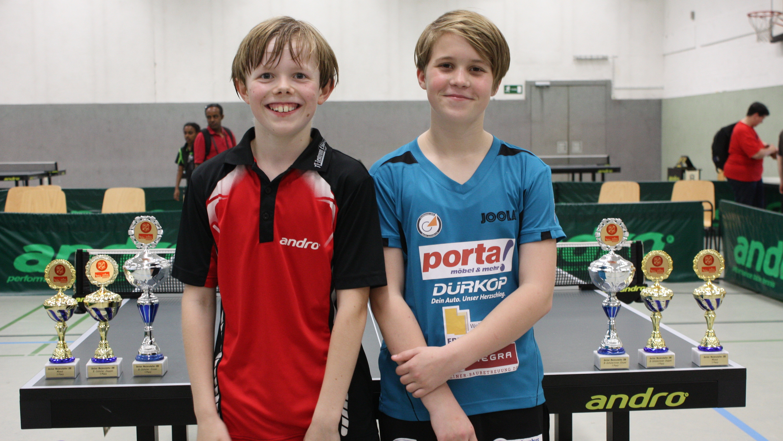 Strahlende Triple-Sieger: Sowohl Jan als auch Josephine Plonies gewannen Einzel und Doppel und zusammen holten sie auch den Pokal in der Mixed-Konkurrenz.