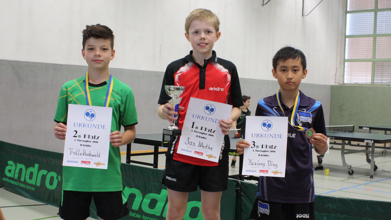 Sieger der 1. Vorrangliste der B-Schüler: 1. Platz Jan Mathe (Steglitzer TTK, Mitte), 2. Platz Felix Reckwald (TSV Rudow 88, links), 3. Platz Yuxiang Ding (Hertha BSC, rechts)