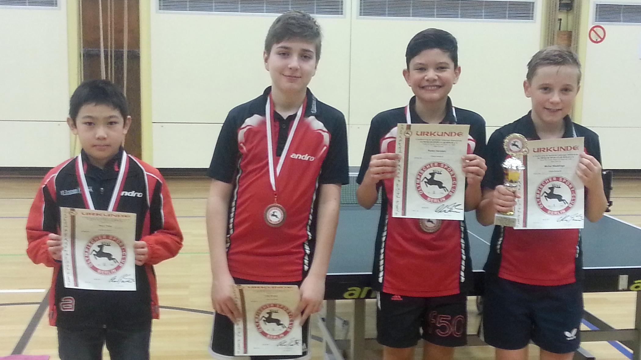 Sieger B-Schüler 1. Klasse: 1. Platz Michel Wiedehage (STTK), 2. Platz Raden Hanstein (STTK), 3. Platz Timo Knaus (STTK) und Jiayu Tong (STTK) (von rechts)