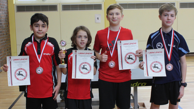 Siegerehrung B-Schüler 3. Klasse: 2. Platz Nawid Garjani (STTK), 1. Platz Oscar Weigert (STTK), 3. Platz Oskar Schmidt (Rotation) und Samuel Ritchi (OSC) (von links)