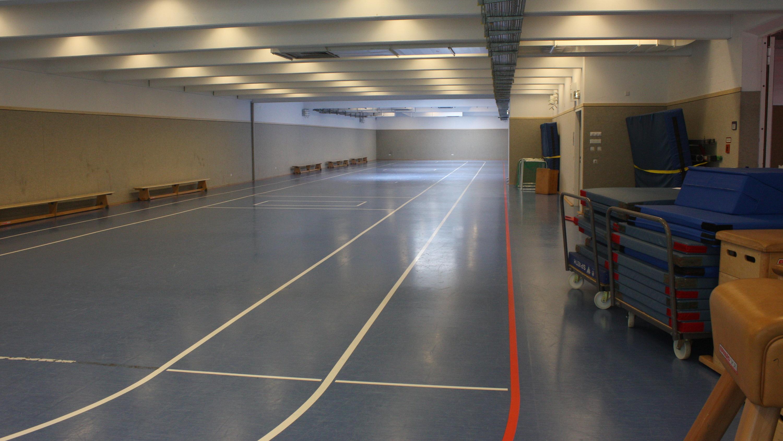 Tischtennis gespielt wurde in der roten Halle. Die blaue Halle (hier im Bild) stand uns für das Aufwärmen, das Schnelligkeits- und das Konditionstraining zusätzlich zur Verfügung.