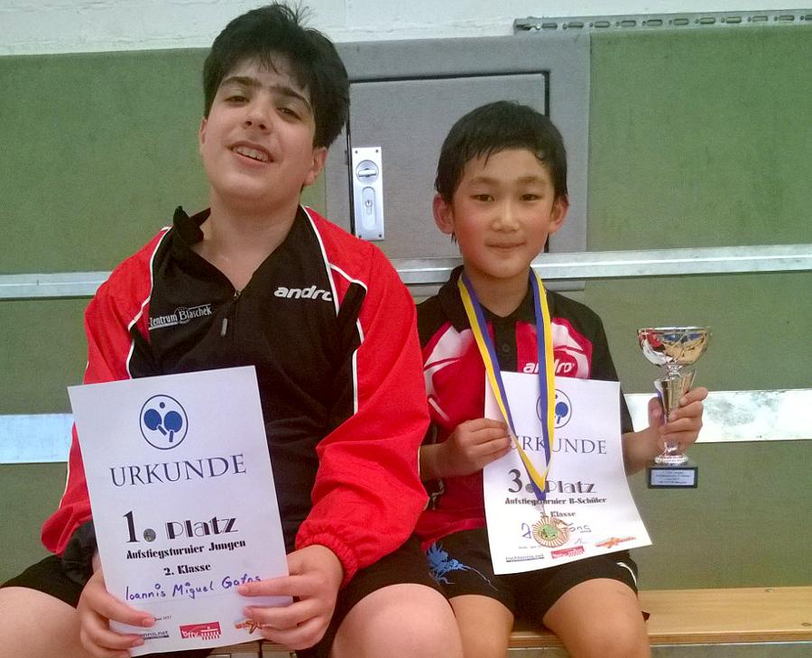 Aufgestiegen ist Miguel (links), der in der 2. Klasse Jungen den 1. Platz belegte und dadurch ab sofort in der ersten Klasse starten darf. In der 3. Klasse B-Schüler erspielte sich Jiahe den 3. Platz und konnte gegen 21:00 Uhr zufrieden die Heimreise antreten.