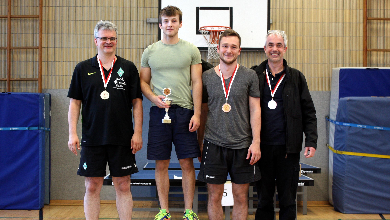 Siegerehrung STTK Clickball-Turnier Hauptrunde: 1. Platz Robin (Mitte), 2. Platz Arwed (links), 3. Platz Alex (2.v.r.) und Thomas
