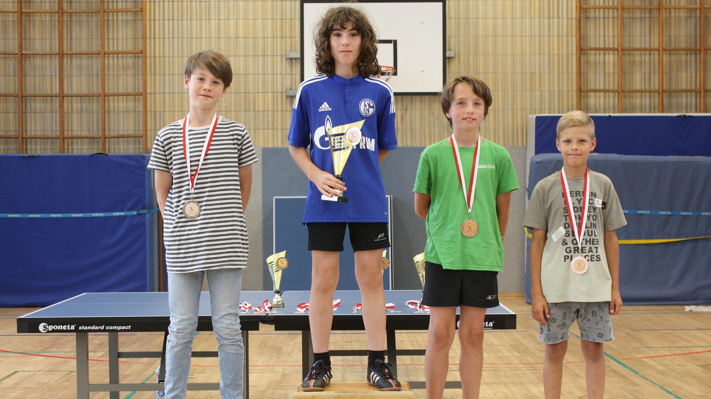 Siegerehrung Endrunde Einsteiger: 1. Ioannis, 2. Fionn, 3. Rafael und Jevgenij
