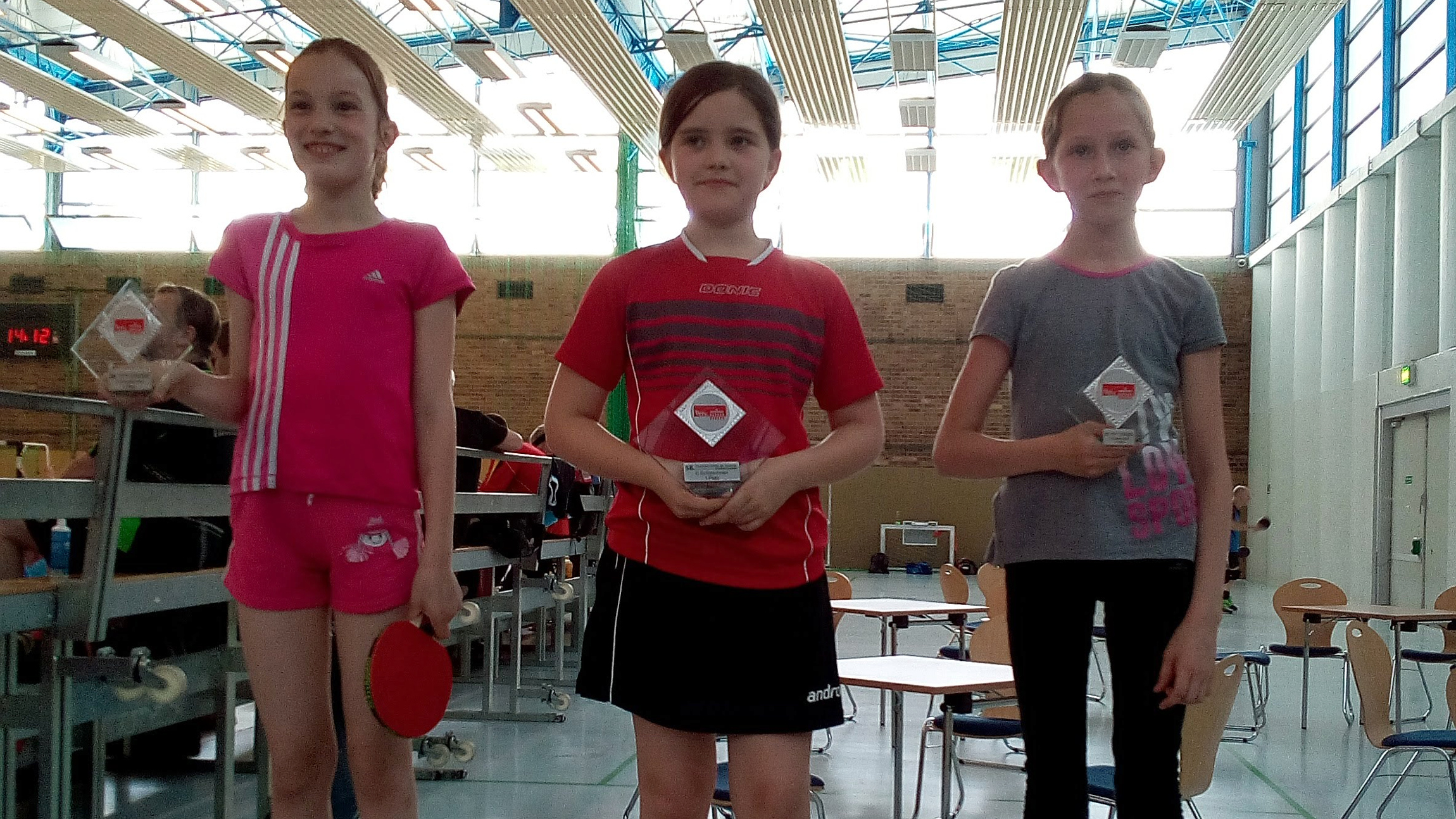 Siegerehrung der C-Schülerinnen beim 58. Tischtennis-Turnier der Tausende (TTT): Karla (Mitte) belegt den 1. Platz (Foto: P. Procházková)