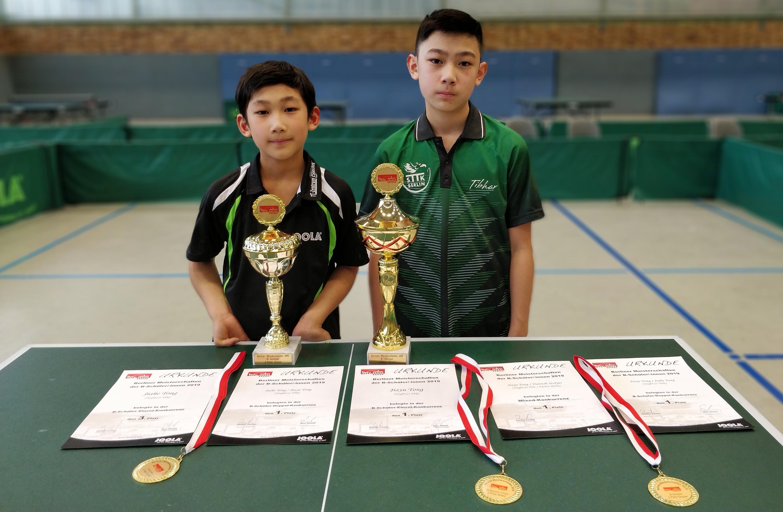 Jiahe (links): 3. Platz im Einzel und 1. Platz im Doppel; Jiayu: 1. Platz um Einzel, Doppel und Mixed