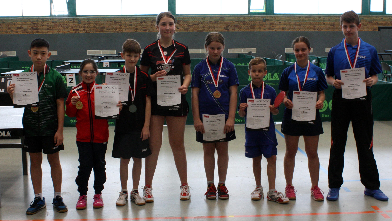 Siegerehrung BEM B-Schüler_innen Mixed: 1. Platz für Jiayu (links) mit H. Stolyar (Füchse Berlin)
