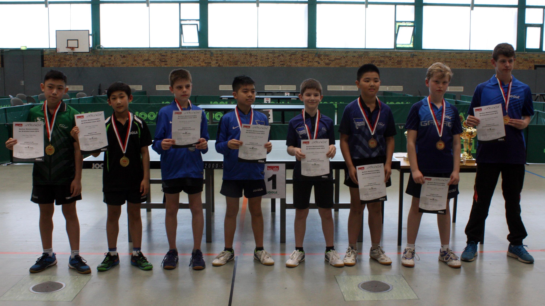 Siegerehrung BEM B-Schüler_innen: B-Schüler Doppel; 1. Platz für Jiayu und Jiahe (links)