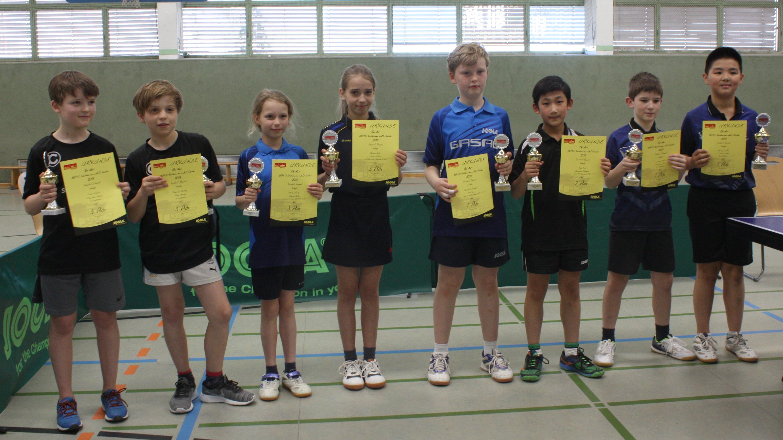 Siegerehrung Bestenspiele 2019 C-Schüler*innen Doppel: 3. Platz für Jiahe (3. v. r.) und Konstantin Jungblut (KSV Ajax, 4. v. r.)