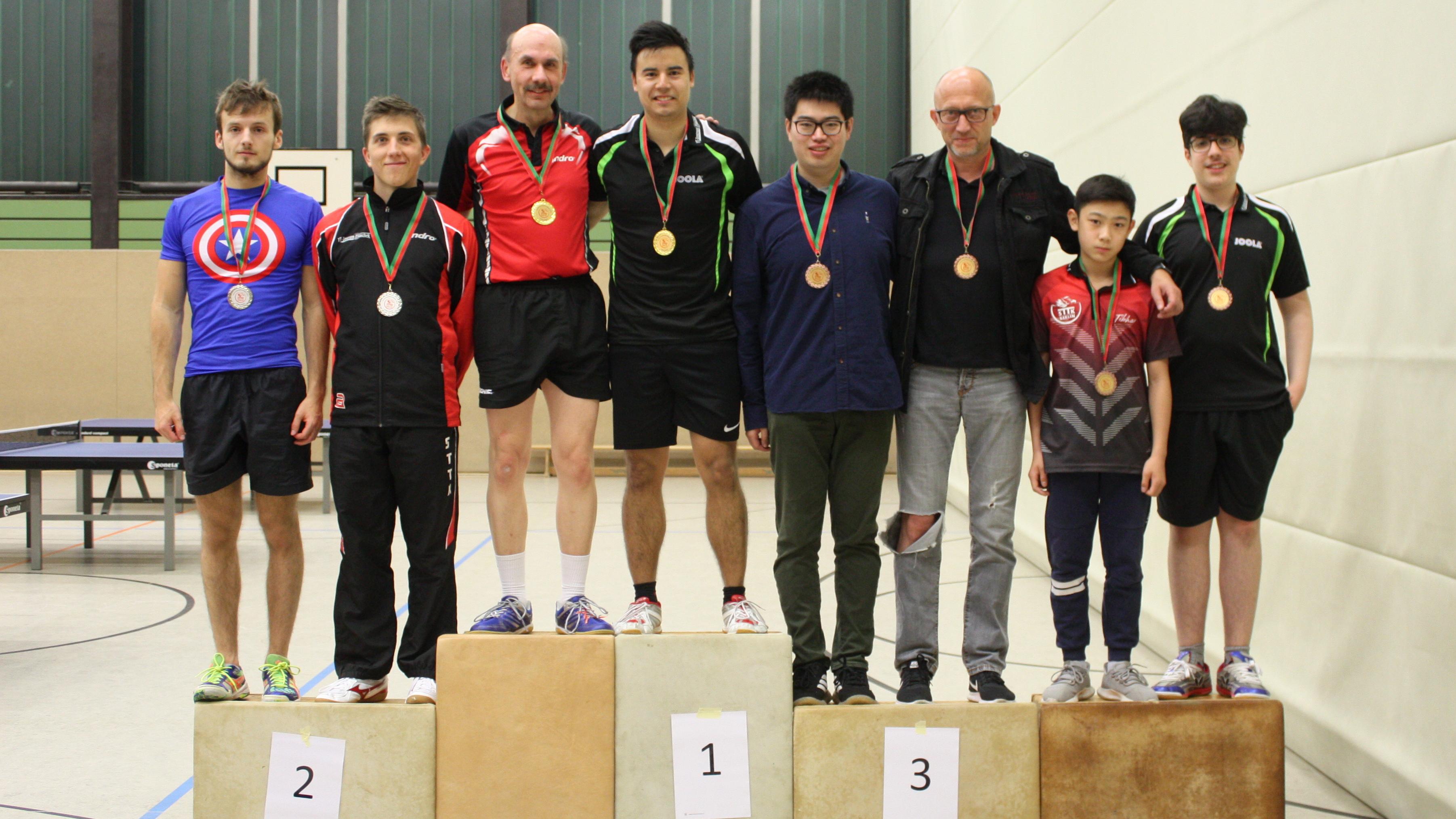 Siegerehrung Doppel Damen/Herren: 1. Martin/Marc, 2. Robin/Mike, 3. Shenjian/Peter und Jiayu/Miguel (rechts)