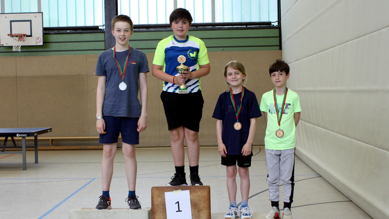 Siegerehrung Bambini/Einsteiger Meisterrunde: 1. Luka, 2. Benjamin, 3. Mick (2. v. r.) und Markos (1. v. r.)