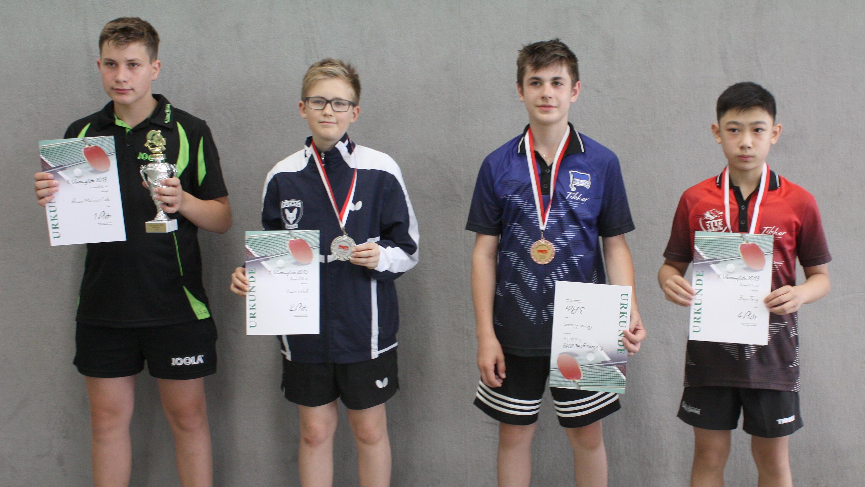 Siegerehrung 1. Vorrangliste Jungen 15: Jiayu belegt Platz 4 (1. v. r.)