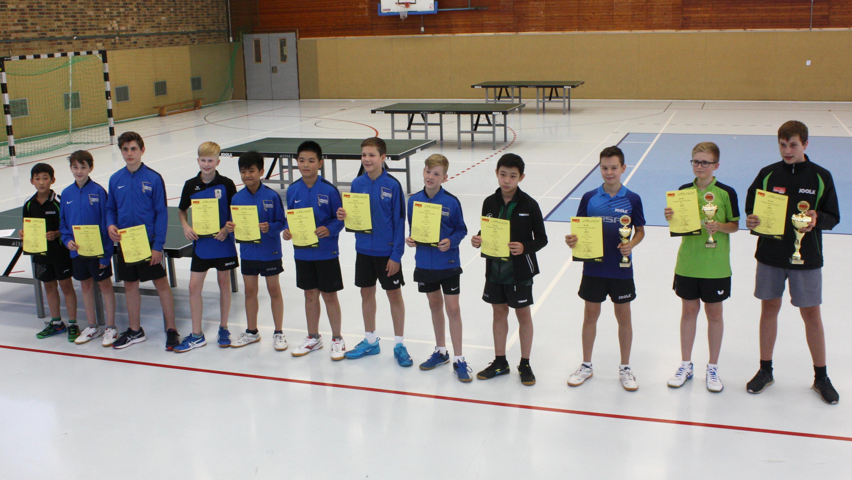 Siegerehrung Landesrangliste der Jungen 15 2019: Jiayu (4. v. r.) und Jiahe (1. v. l.)