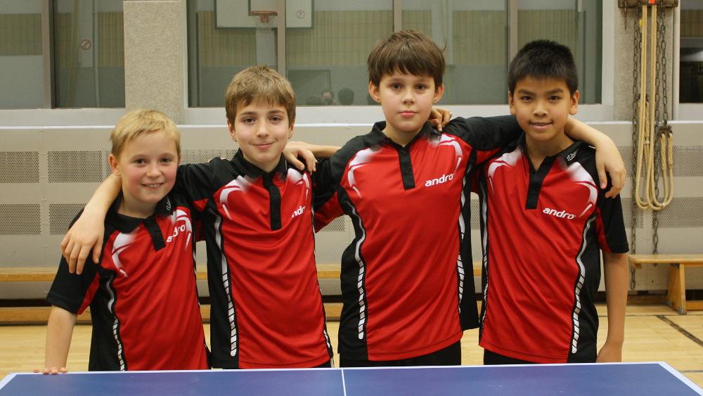 Die 2. B-Schüler haben mit drei Sätzen Unterschied den Aufstieg geschafft: Michel, Timo, Fabian, Minh